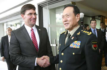 会談後、握手するエスパー米国防長官(左)と中国の魏鳳和国務委員兼国防相=18日、バンコク(共同)