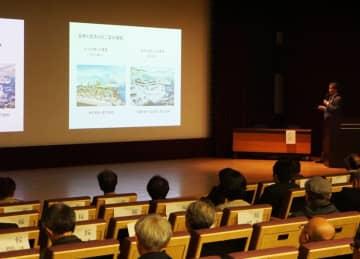 県庁跡地について学識者ら5人が講演したシンポジウム=長崎中部講堂