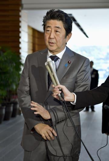 「桜を見る会」に関する質問に答える安倍首相=18日午前、首相官邸
