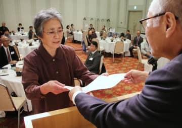 勤続25年表彰を受ける武石さん=五島市東浜町1丁目、カンパーナホテル
