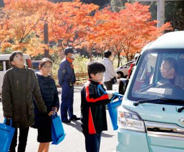 ドライバーに防火や交通安全を啓発するグッズを手渡す子ども