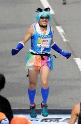 今年も速かったプリキュアランナーの再田光進さん=17日午前、神戸市中央区(撮影・斎藤雅志)