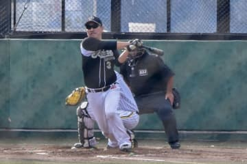 声援を受け、打席で2塁打を放った瀧。