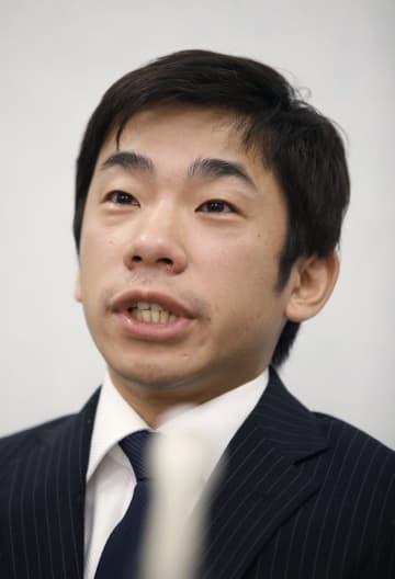 大阪地裁に提訴し、記者会見する織田信成氏=18日午後、大阪市