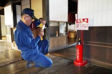 消火器の設置位置を確認する職員=広兼邸