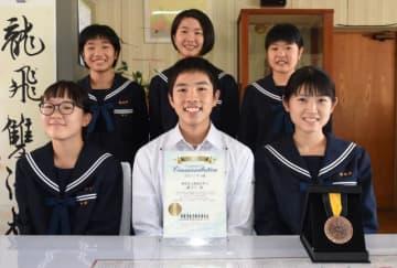 「ボランティア・スピリット・アワード」の九州ブロックコミュニティ賞を2年連続で受賞した姫城中の生徒会役員とボランティアスタッフ