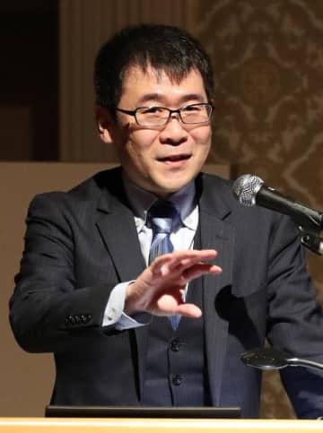 「プロ野球のデータ分析から学ぶ勝てる組織のつくりかた」と題して講演した岡田友輔さん=18日午後、宮崎市
