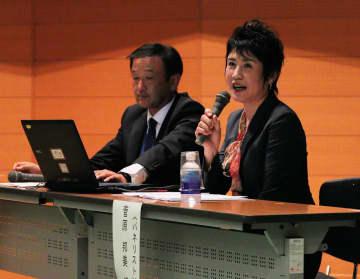 スマホとの付き合い方についてパネル討論で語る菅原さん(右)と西田校長=京都市下京区・市総合教育センター