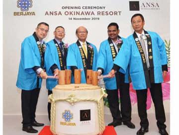 アンサ沖縄リゾートの開業を記念し、鏡割りに臨むうるま市の島袋市長(中央)やベルジャヤのサイドCEO(右から2人目)ら関係者=14日、うるま市(ベルジャヤ・グループ提供)