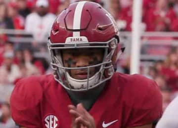 Alabama QB Tua Tagovailoa readies for a snap in November 2018 (The University of Alabama/Wikipedia)