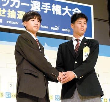 昌平の大和海里主将(左)が初戦で対戦する興国の田路耀介主将と握手を交わす=18日午後、東京都内