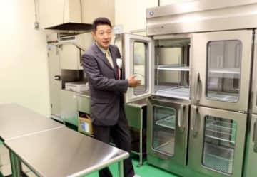 完成した施設内を紹介する和泉川さん