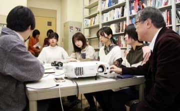 映画祭の本番に向け、矢沢教授(右端)と打ち合わせをする学生