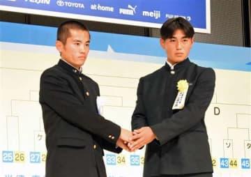 1回戦での対戦が決まり、握手をする秋田商の松野主将(左)と神戸弘陵の沖吉主将