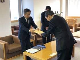 IR推進を岩倉市長に要望する菊池会長(左)