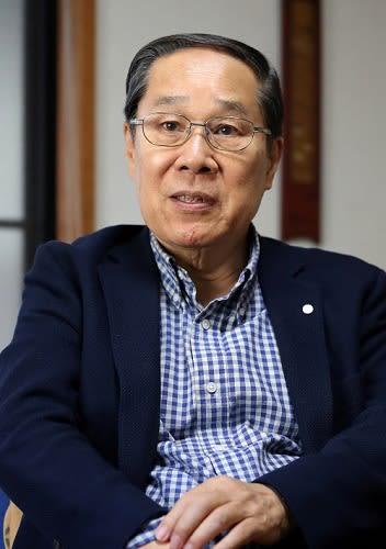 「バチカンは核廃絶の一翼を担う存在」と話す朝長さん=長崎市内の自宅