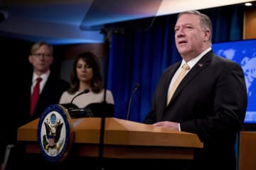 米国務省で記者会見するポンペオ国務長官=18日、ワシントン(AP=共同)