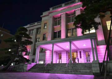 紫色にライトアップされた県庁昭和館=18日午後5時15分、宇都宮市塙田1丁目