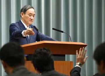 記者会見する菅官房長官=19日午前、首相官邸