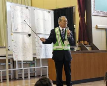 地名の由来を子どもたちに教える渋谷さん=松戸市立幸谷小学校