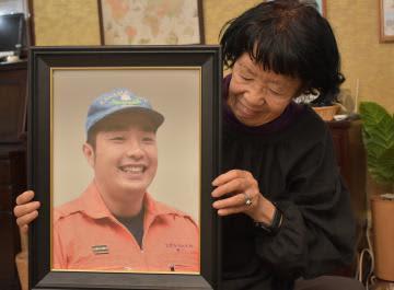 黒川暢仁さん(左)の遺影を抱える母の和子さん=水戸市住吉町
