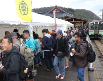 弥彦駅のホーム上に飲食ブースなどが並んだ「ぷらっとホームBAR」=16日、弥彦村