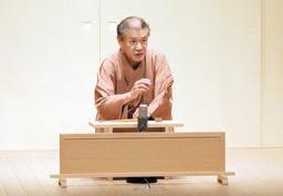まるで客席が見えているかのように話芸を披露する桂文太さん=神戸新開地・喜楽館