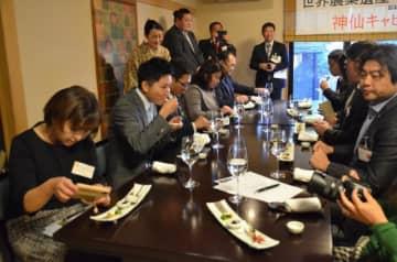 「神仙キャビア」を試食した発表会の参加者