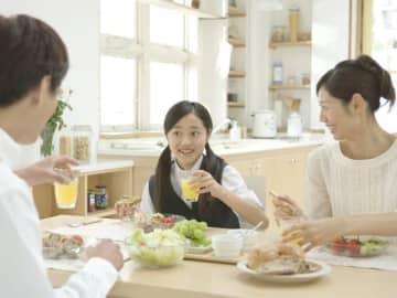 起きてすぐ、特に少食の子どもに朝食を食べさせるのは大変かもしれません。朝食の健康効果と楽しく習慣化させるコツをご紹介します。