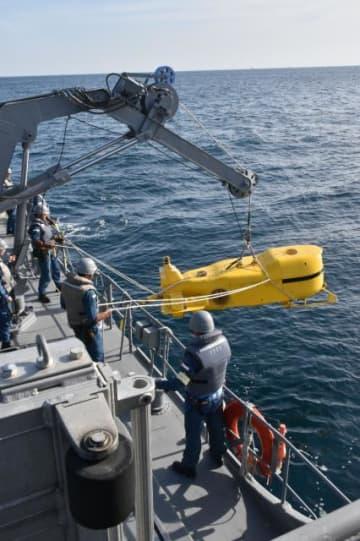 掃海訓練で海に投入される機雷処分用の遠隔操作ロボット=19日午前、日向灘