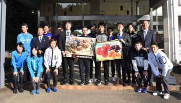 県産品の贈呈を受けた競歩ナショナルチームの選手ら