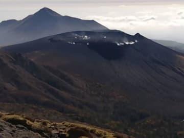 韓国岳山頂付近から望む新燃岳。火口から噴煙が上がっている=19日午前