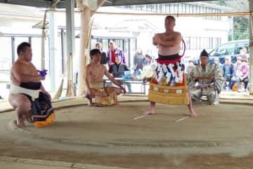 相撲の教え子を従え、還暦の土俵入りを披露する梅川さん=西海市西海町、黒口相撲場