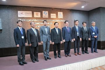 EVの規制や標準に関するワークショップを開催したジェトロ・バンコク事務所の竹谷所長(右から4人目)ら=19日、タイ・バンコク(NNA撮影)