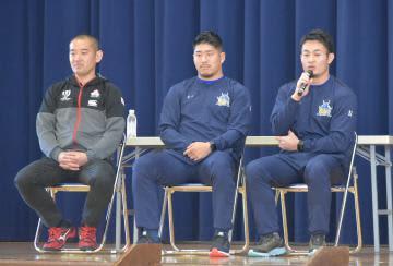 インタビューに答える福岡堅樹選手と松田力也選手、青野淳之介トレーナー(右から)=19日午前、笠間市立笠間中
