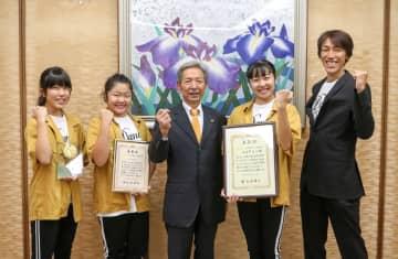 市長(中央)に金賞受賞を報告した(左から)水谷さん、中井川歩実さん、晴菜さん、指導者の小倉さん=伊勢原市役所