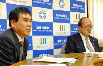 定例会に向け抱負を述べる山崎議長(左)と花輪副議長=川崎市役所