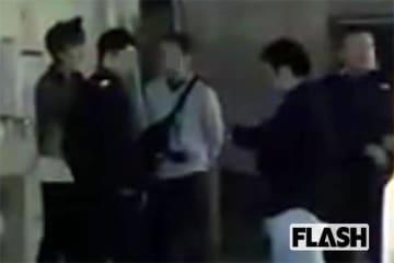 11月10日、捜査員に囲まれた吉澤容疑者