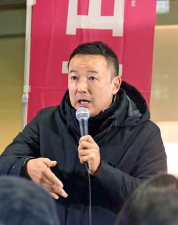 聴衆の質問に答えるれいわ新選組の山本太郎代表=11月19日、福井県福井市のハピテラス