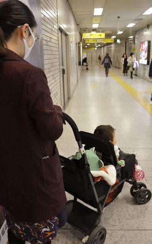 ベビーカーに息子2人を乗せる母親。地下鉄はよく使うが、バス利用は「諦めている」