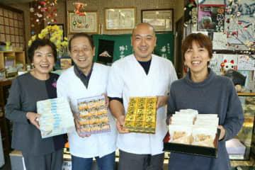 3代にわたって開発した和洋菓子を手にする2代目の仲町寿祐さん、美津子さん夫婦(左側)と3代目の祐治さん、里奈さん夫婦=豊後大野市犬飼町