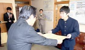 武田教育長から表彰状を受け取る常丸さん