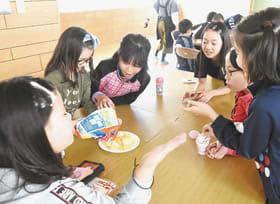 普段食べているポテトチップスの量を相談しながら決める子どもたち