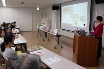 【絵本の魅力や楽しみ方について話す磯崎さん(右)=桑名市中央町のくわなメディアライヴで】