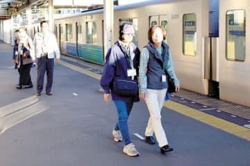 アイマスクをして、実際に駅のホームを歩く体験が行われた=15日午後、入間市仏子の西武池袋線仏子駅