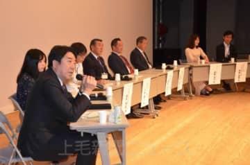 山本龍市長(左手前)らが登壇したパネル討論
