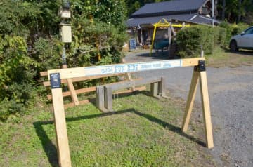 サイクルサポートスポットに設置されている木製のスタンド=茨城町下土師
