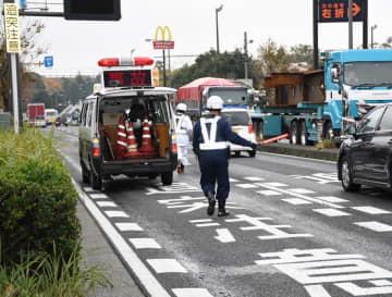 宮田さんがひき逃げされたとみられる道路で現場検証する警察官=19日午前10時35分ごろ、千葉市稲毛区園生町