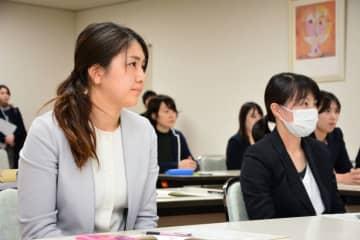 大崎友季子警部補の育児経験に耳を傾ける参加者