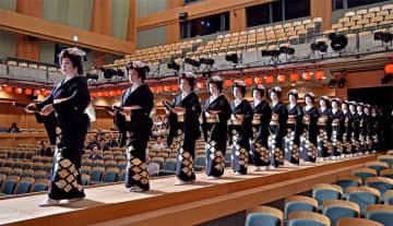 舞台稽古で「手打」を披露する祇園甲部の芸妓たち(19日、京都市左京区・京都造形大「春秋座」)